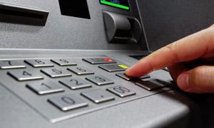 Usando cajeros automáticos (ATM)