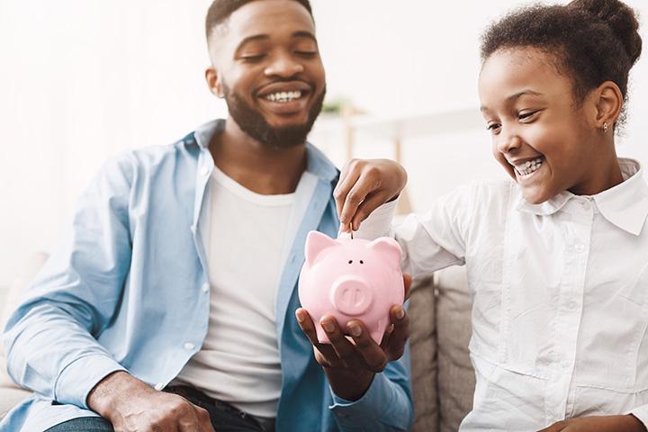 Padre e hija ahorrando