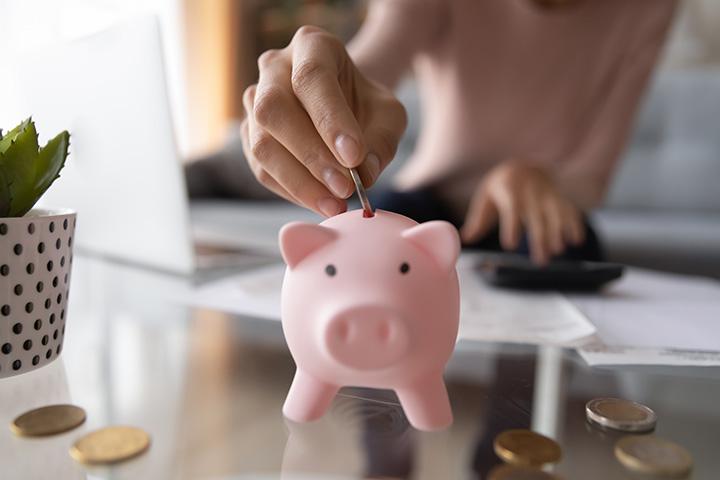 Ahorrando moneda en alcancía