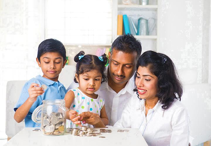 Familia ahorrando