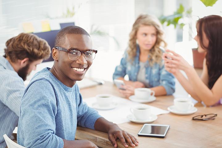 Jóvenes en reunión