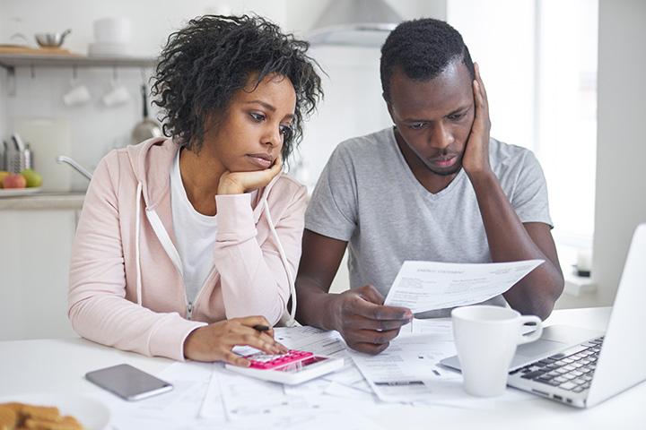 Pareja haciendo cálculos financieros
