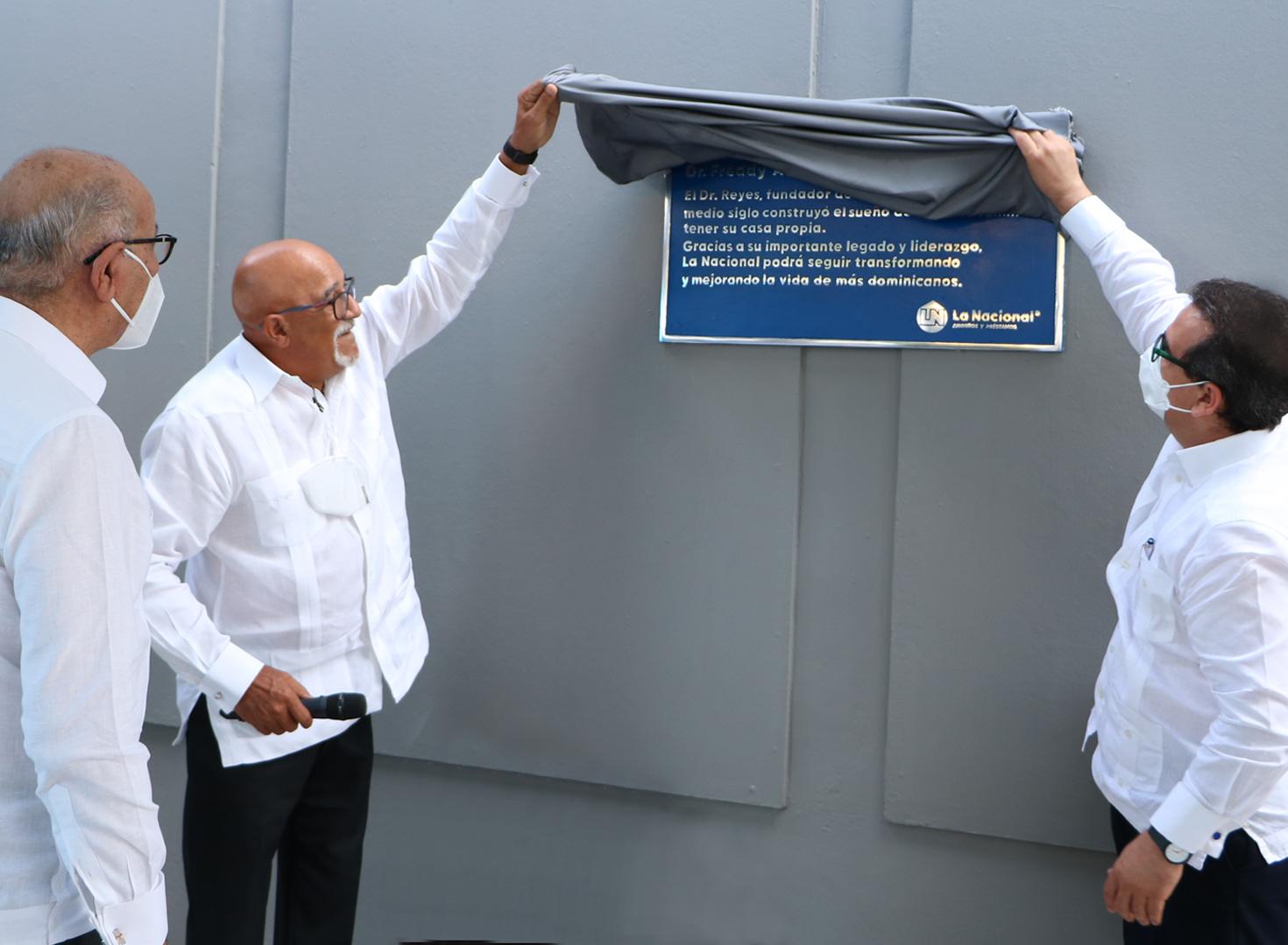 La Nacional rinde homenaje a su fundador y bautiza edificio principal con el nombre de  Dr. Freddy A. Reyes Pérez.